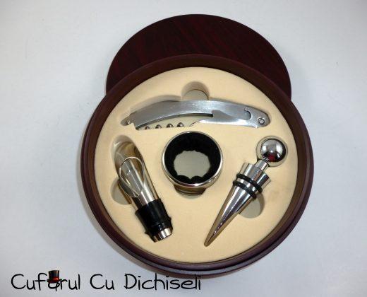 Set pentru vin, accesorii din otel in cutie de lemn.