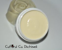 Crema naturala antirid, o minune pentru tenul uscat.