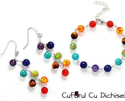Set bijuterii din margele colorate.