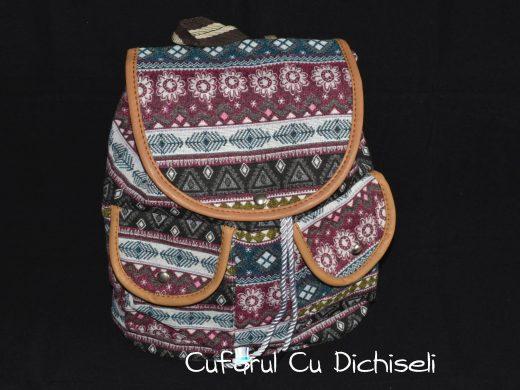 Rucsac cu motive traditionale material panza captusita, diverse culori.