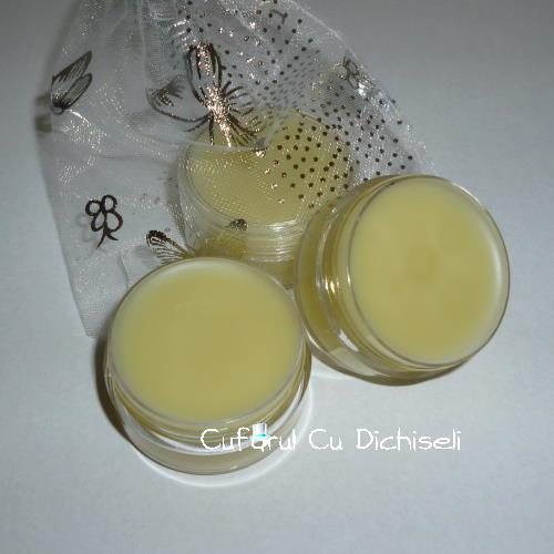 Parfum solid natural din ingrediente naturale și uleiuri prețioase