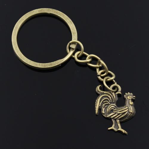 Breloc chei cu pandantiv cocoș, simbolul curajului, onestității și muncii.