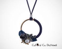 Lant cu pandantiv cu flori si ornamente