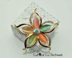 Brosa floare din strasuri si sidef, diverse culori
