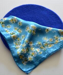 Set beretă albastră și eșarfă cu flori